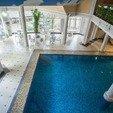 фото Отель Воеводино Закарпатье. Столики у бассейна