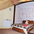 фото у олега трускавец. номер double room мансардный. кровать